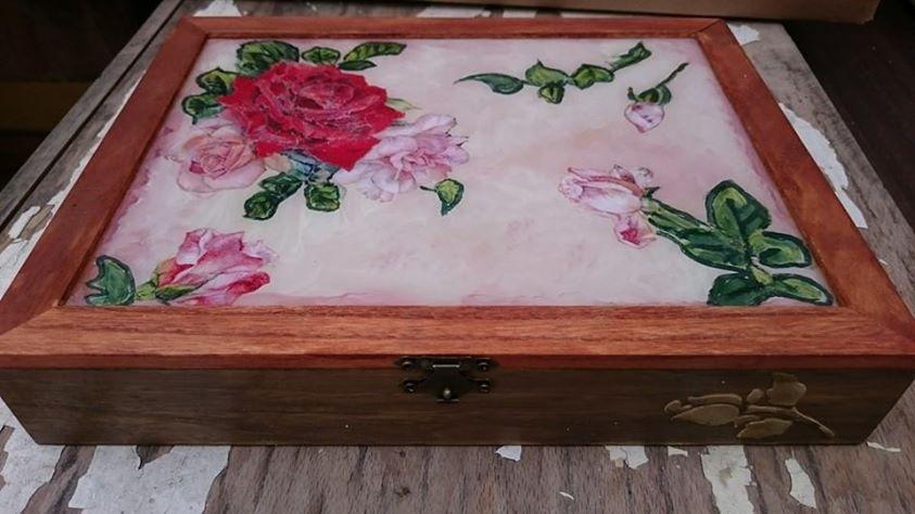 Прекрасна кутия ръчна изработка с рози наречена Red Rose Old