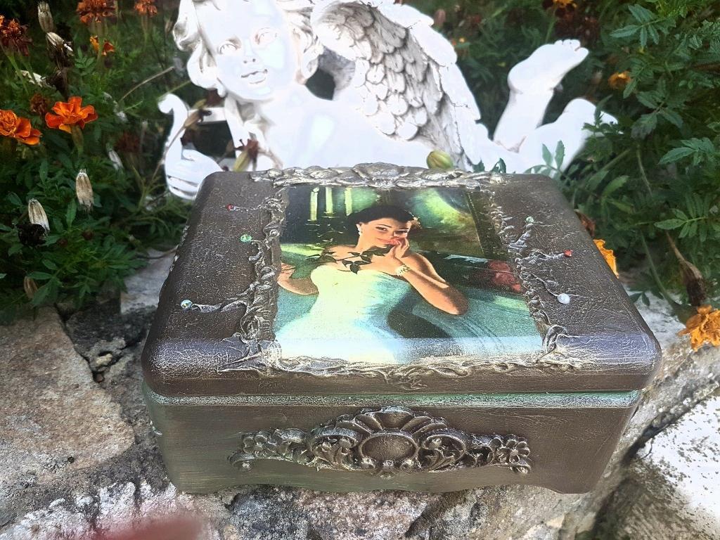 Кутия за бижута ръчна изработка Lady with the rose